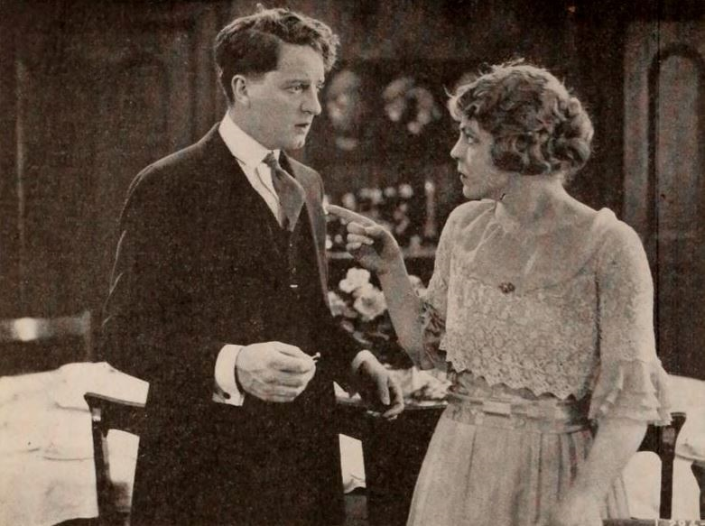 Fotograma de la película, con Bryant Washburn y Helene Chadwick. Fuente: Exhibitors Herald, 26 julio 1919, p. 104. https://commons.wikimedia.org/wiki/File:A_Very_Good_Young_Man_(1919)_-_1.jpg